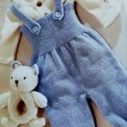 kjeledress og hennes bamse leketøy søvnige
