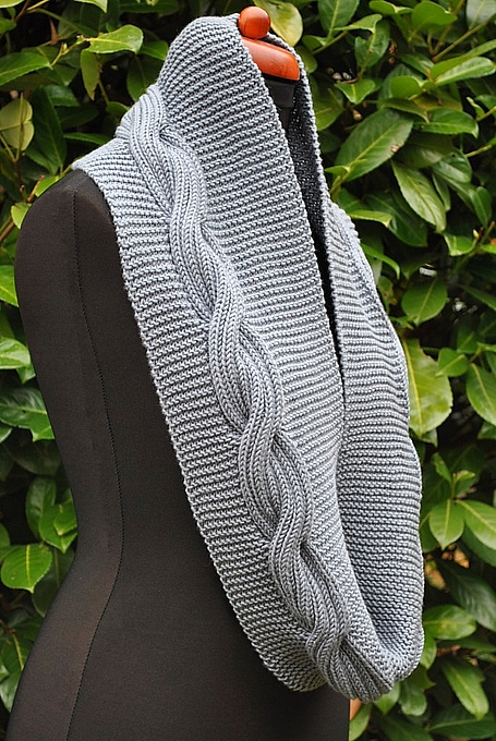 circular scarf with pattern side torsade