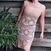 Virkade klänning med cirkulära motiv
